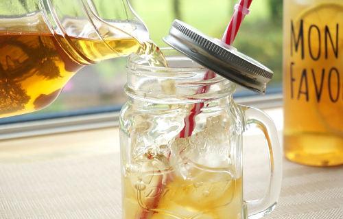 氷を入れたグラスにびかんれいちゃを注いでいる