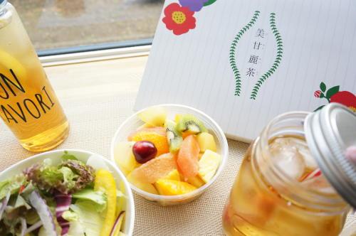 美甘麗茶をフルーツや野菜と並べている様子