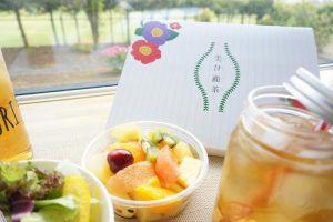 美甘麗茶と野菜とフルーツが並んでいる