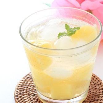 グラスに入った桃とメロンのデトックスウォーター