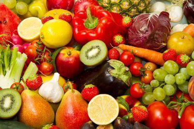 野菜と果物が並んでいる