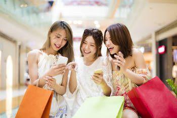 女性3人がショッピングを楽しんでいる