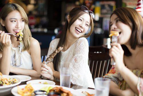 食事を楽しんでいる3人の若い女性