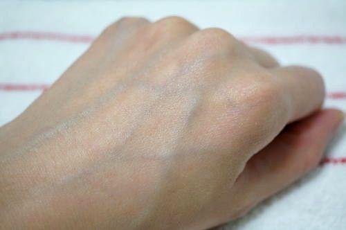塗る前の左手の甲