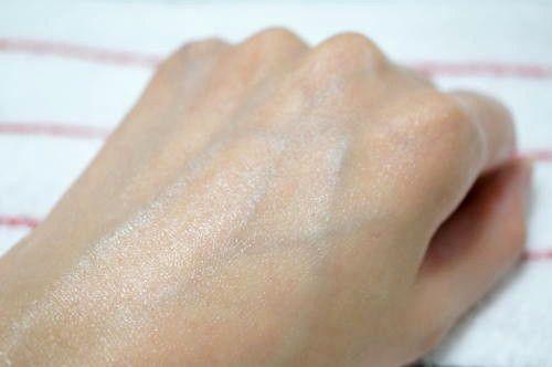 塗った後の左手の甲