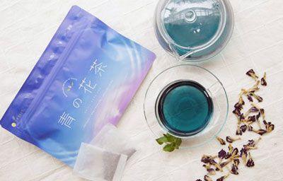 青の花茶パッケージとポットとカップ