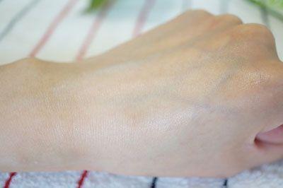 プレミアムデオヴィオサージュを塗った後の手のアップ