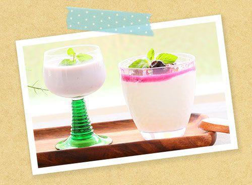 牛乳に混ぜたラクベリーと豆乳に混ぜたラクベリーのグラスが並んでいる