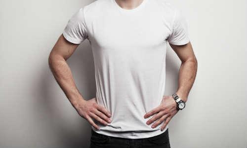 20代男性口コミTシャツを着た上半身