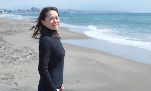 浜辺に立っている女性