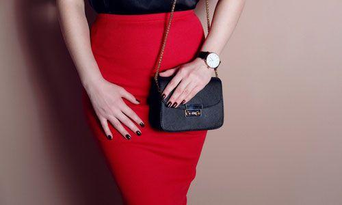 赤いタイトスカートの女性