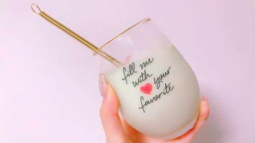 グラスに入ったスムージーを手で持っている