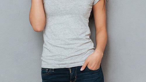 口コミ画像グレーのTシャツを着た女性