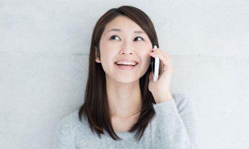 スマートフォンで通話している女性