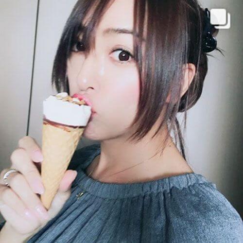 アイスを食べるGENKING(沙奈)さん