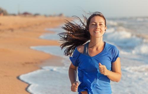 海辺を走っている女性