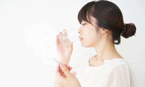 グラスの水を飲む女性の横顔