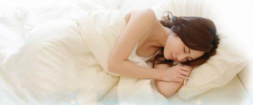 横向きに眠っている女性