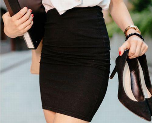 タイトなミニスカートを履く女性